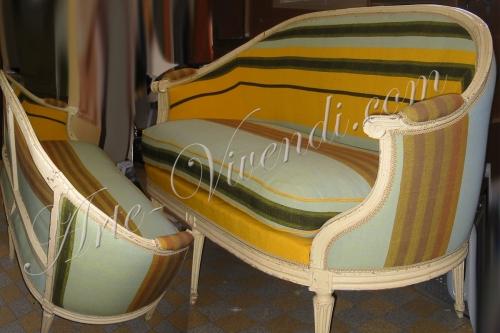 canape de style ancien avec habillage tissu a rayures jaune bleu clair noir multi couleurs