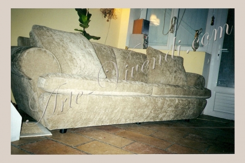 Canapé trois places refait completement en velours couleur beige deux grand coussins
