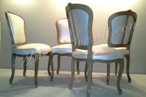 Quatre chaises en bois couvert skaï blanc brillant
