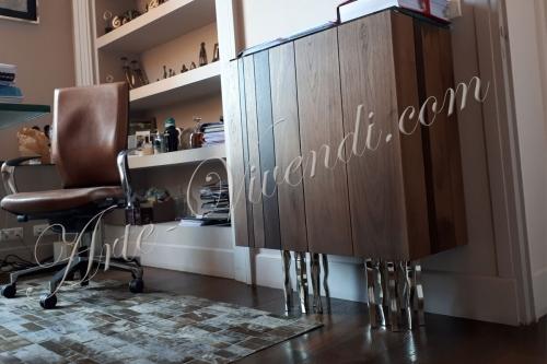 Decoration Bureau tapis peau de vache couleur champagne meuble bois massif pied metal fauteuil bureau couleur cognac Design By Arte Vivendi