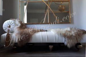 Meridienne daybed cuir blanc plissé pied dore peau de mouton design by Arte Vivendi