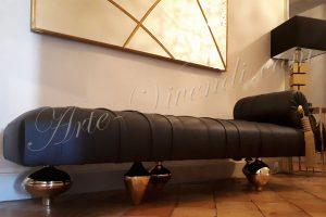 Meridienne cuir noir plissé avec pied dore Design du sur mesure By Arte Vivendi