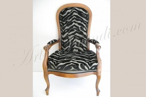 voltaire relooke avec un tissu velour gauffré zebre noir et creme
