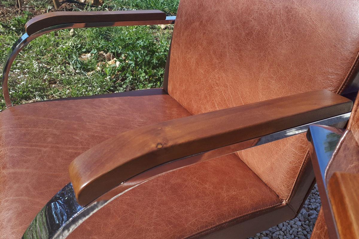 Chaise bureau refait en cuir couleur cognac avec accoudoir en noyer.