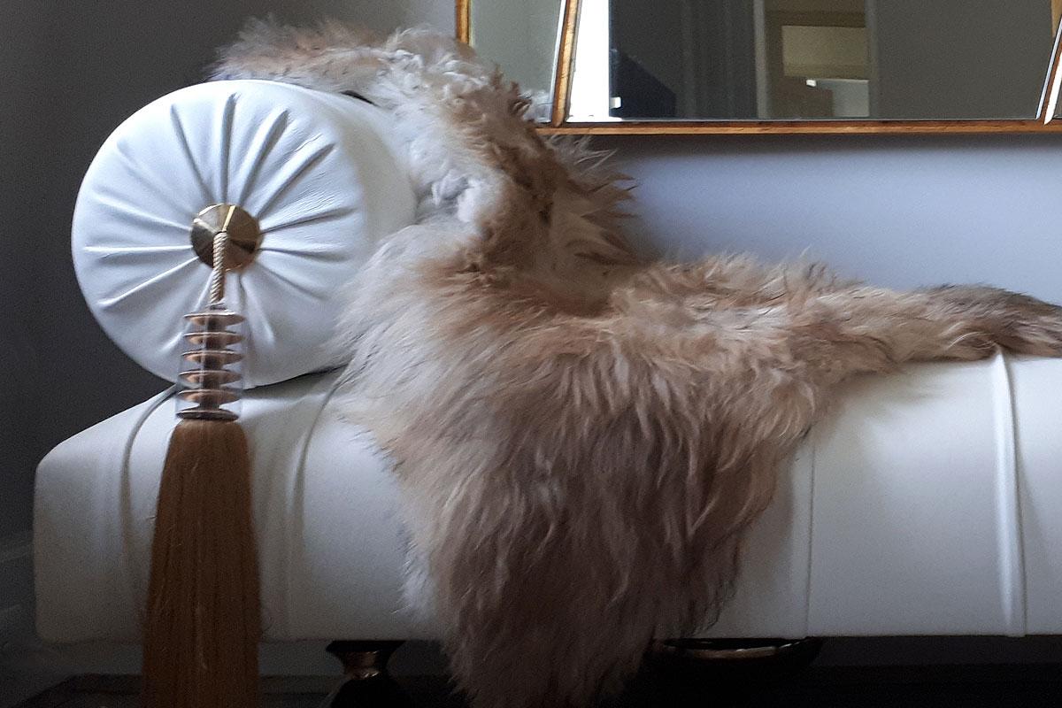 Meridienne cuir blanc plissé avec peau de mouton