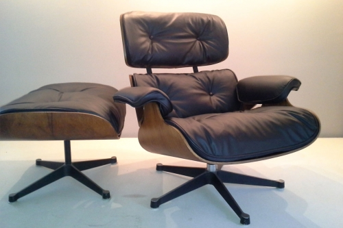 Eames lounge chair & ottoman By Charles and Ray Eams 1956. Refait complet avec cuir noir