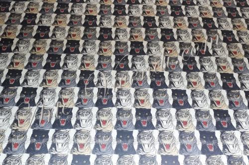 Papier peint imprimé tête de tigre noir écru blanc sable rouge GUCCI