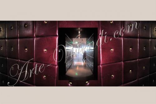 Mur remplis avec des carrés couvert de cuir couleur vin