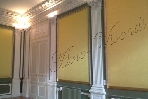 Panneaux de tenture murale dans ancienne appartement tissu jaune peinture vert et blanc