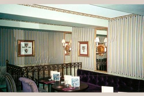 Tenture murale plissé dans restaurant couleurs violet jaune blanc