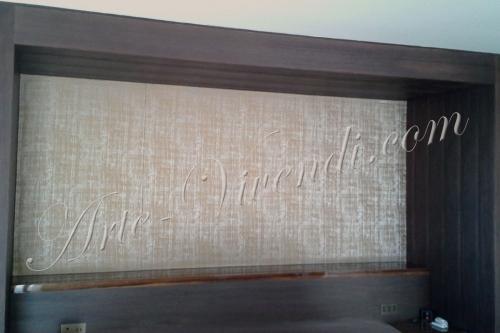 Panneau murale dans alcove en bois marron foncé tissus de soie couleur beige
