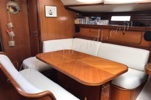 Salon de pont refait en tissu nautique couleur beige