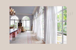 Voilage pour orangerie, voilage blanc mur bleu clair chaises felur rouge