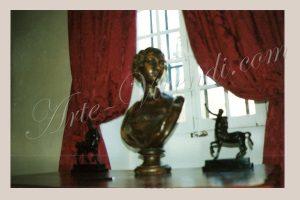 Rideuax drapé devant sculptures tissus rouge