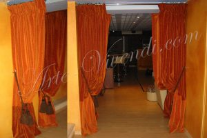 Deux paires de rideaux avec une coupe vertical couleurs orange rouille