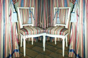 Rideaux et chaises tissu rayure bleu rouge creme